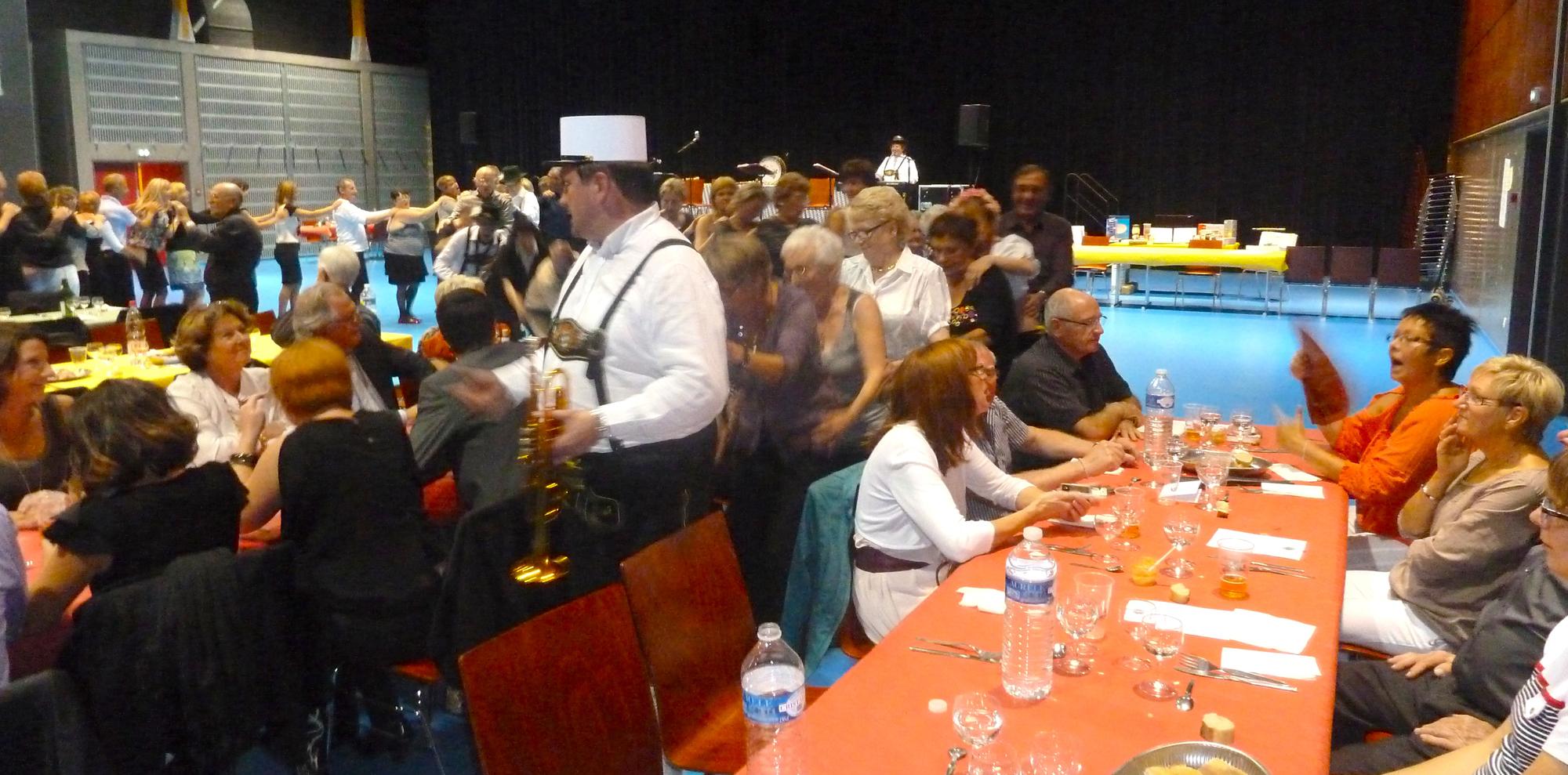 2b Lion's Club Pont à Mousson 29 septembre 2012 orchestre bavarois animation avec le public en chenille