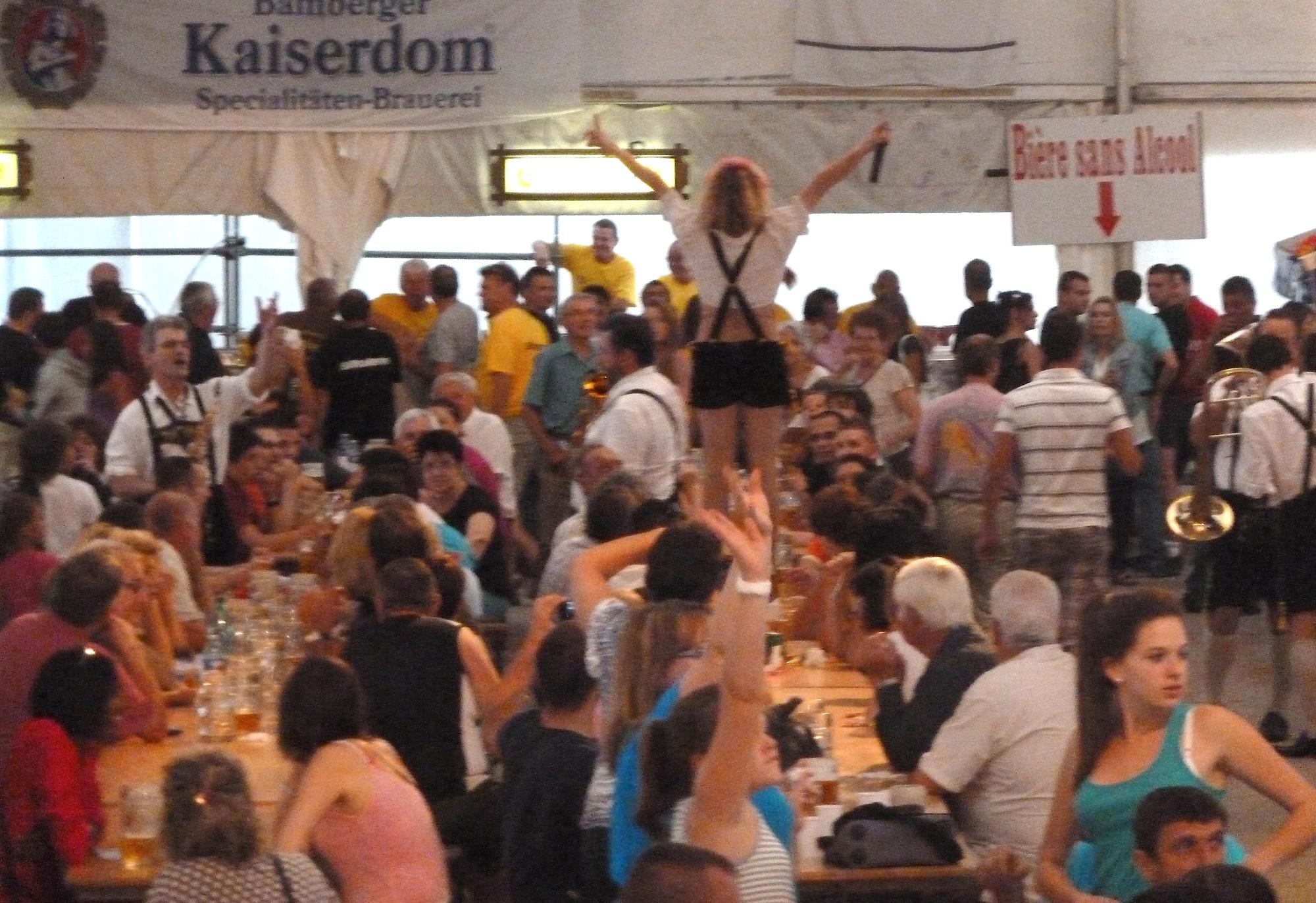 2a Ambérieu 01 Fête de la Bière orchestre bavarois musiciens sur les tables