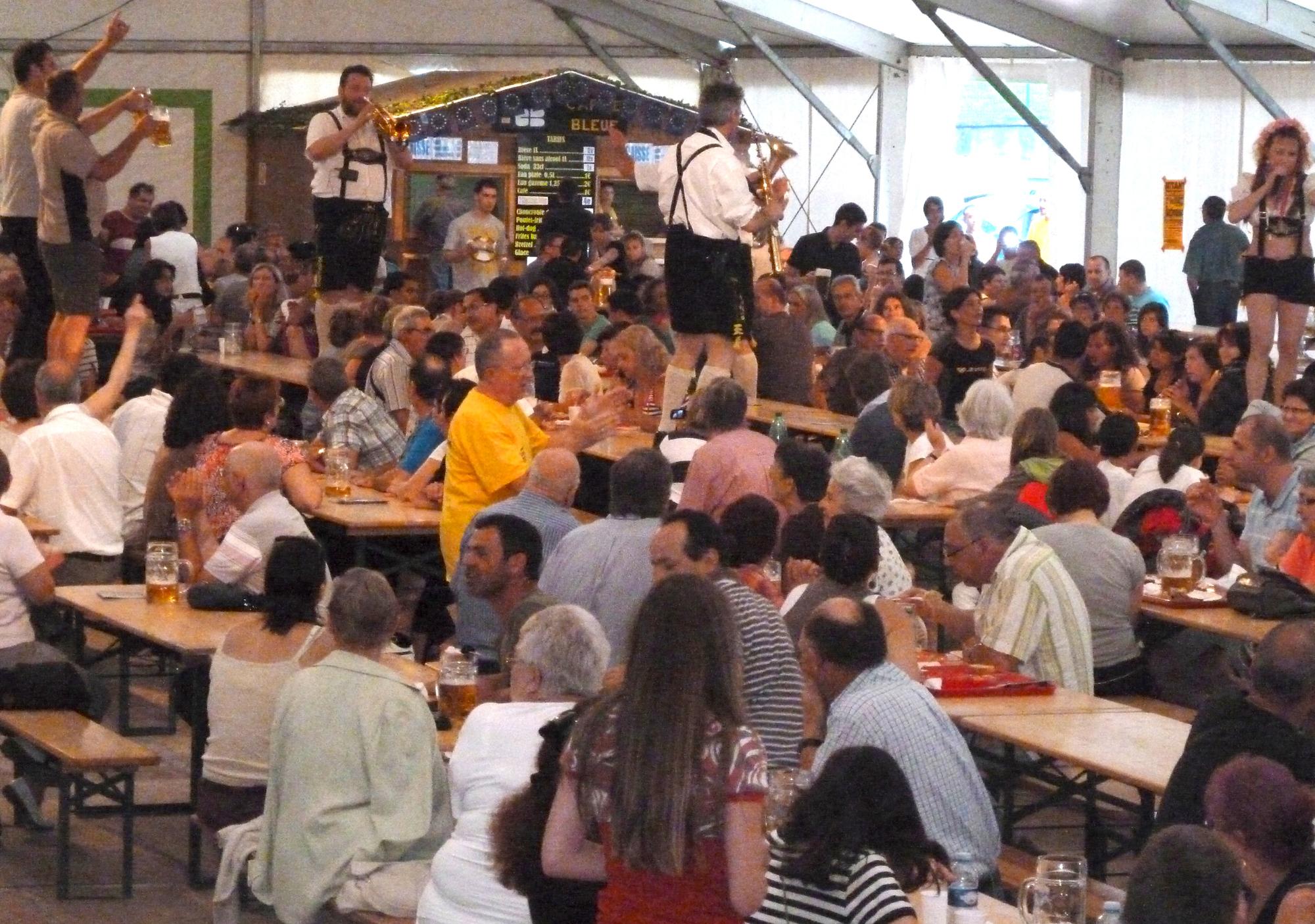 2b Ambérieu 01 Fête de la Bière orchestre bavarois sur les tables