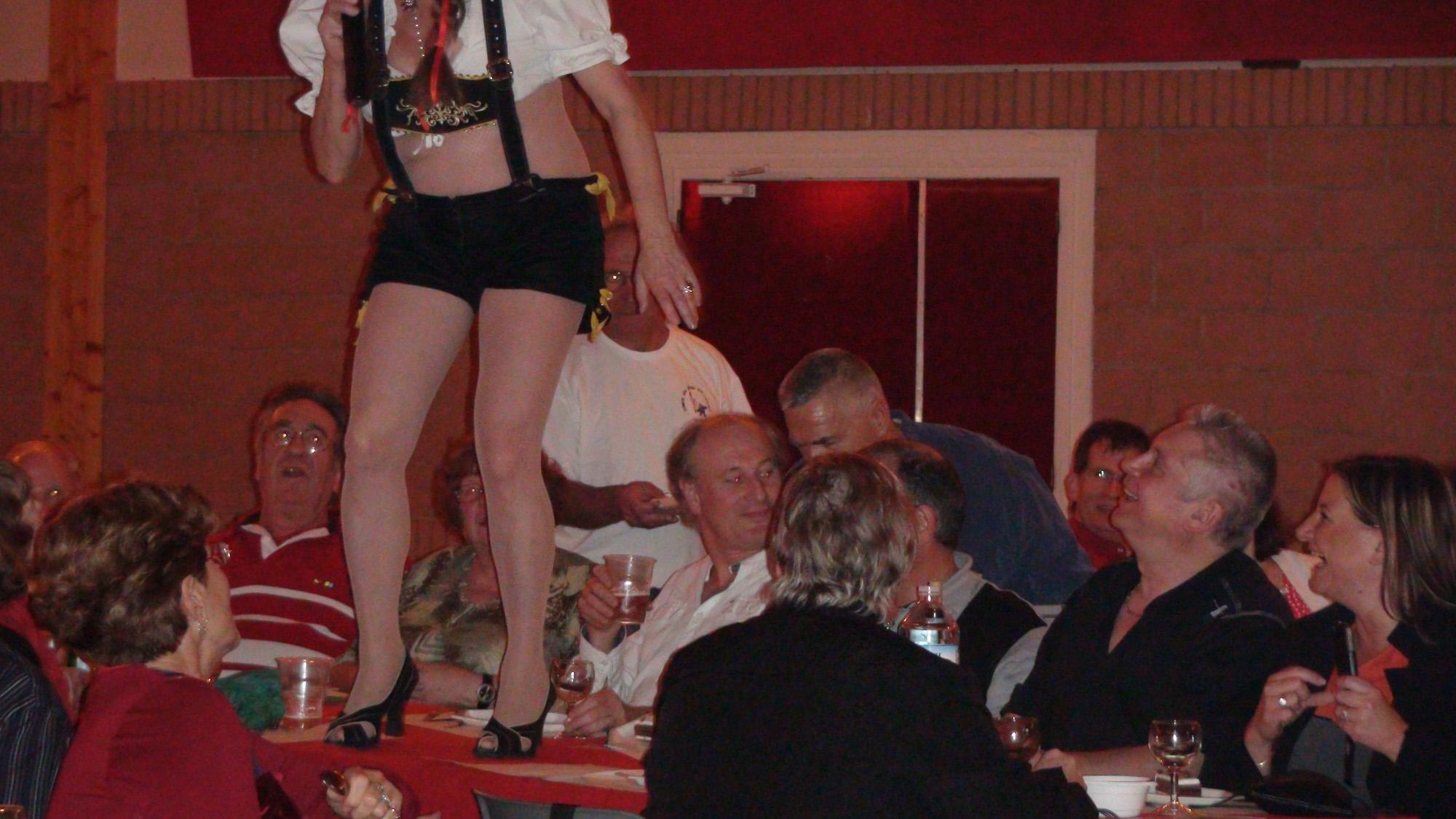 4a Ollainville 12 novembre 2011 chanteuse de l'orchestre bavarois sur les tables
