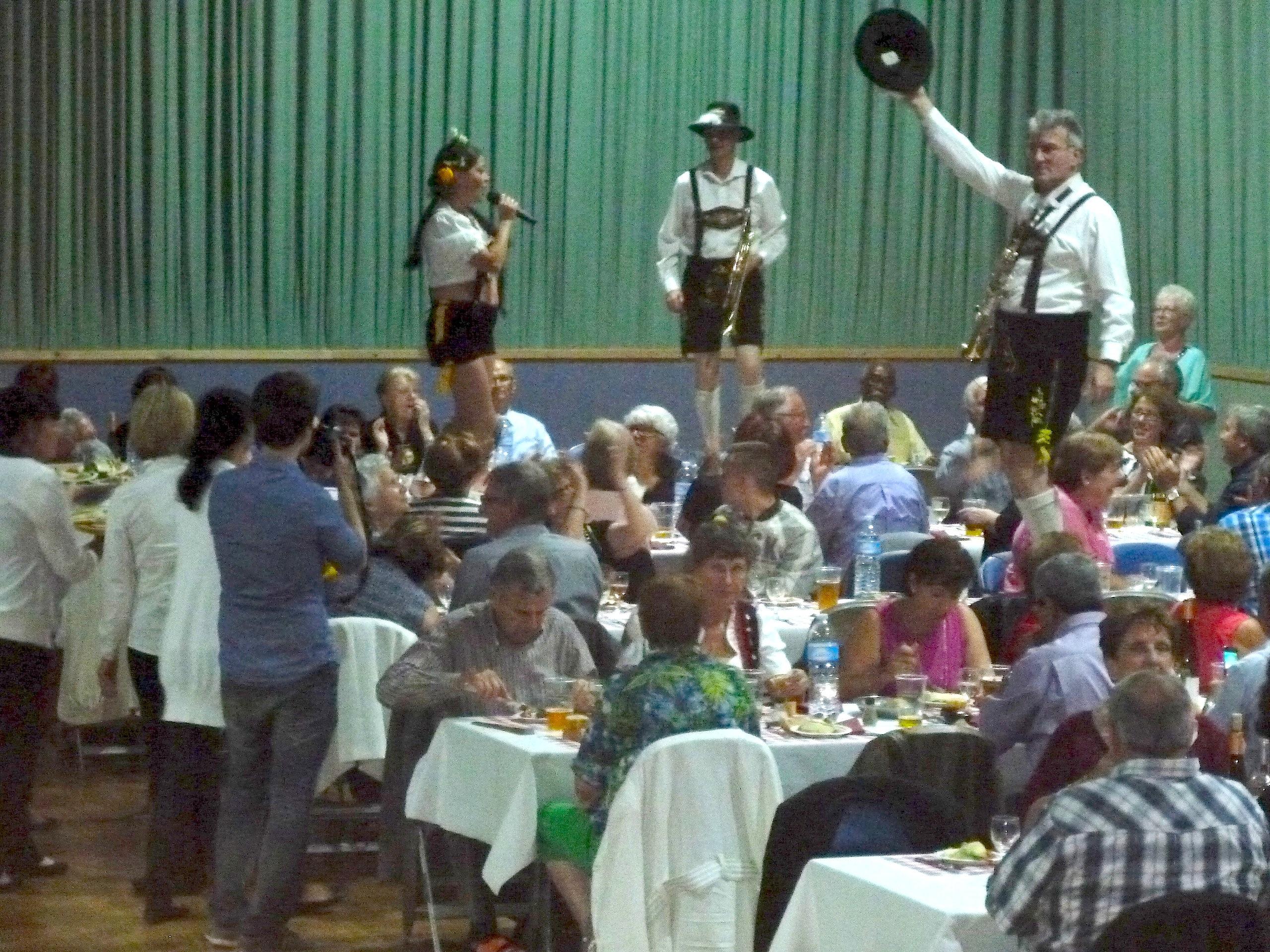 Table, public, orchestre bavarois, carrières sous poissy
