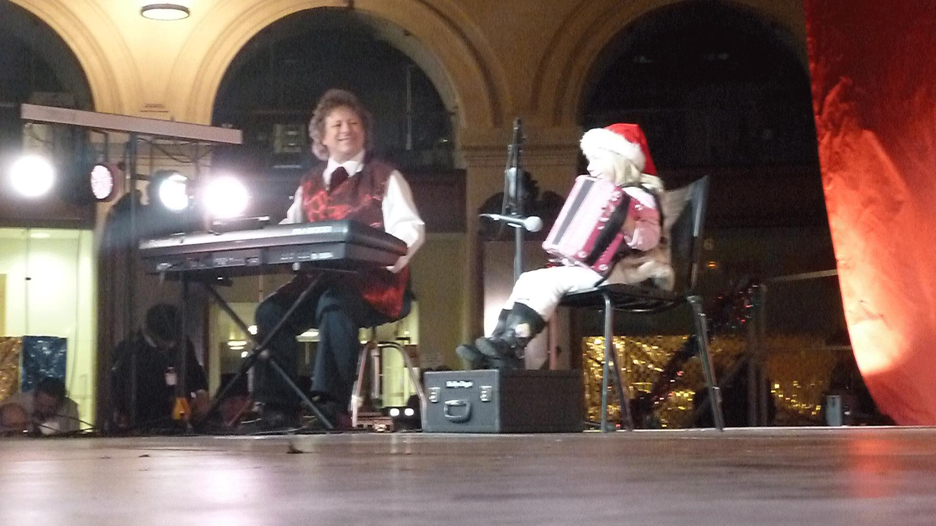 1-2014-PARIS-Noël-aux-Halles-orchestre-de-variété-avec-invitée-de-6-ans-