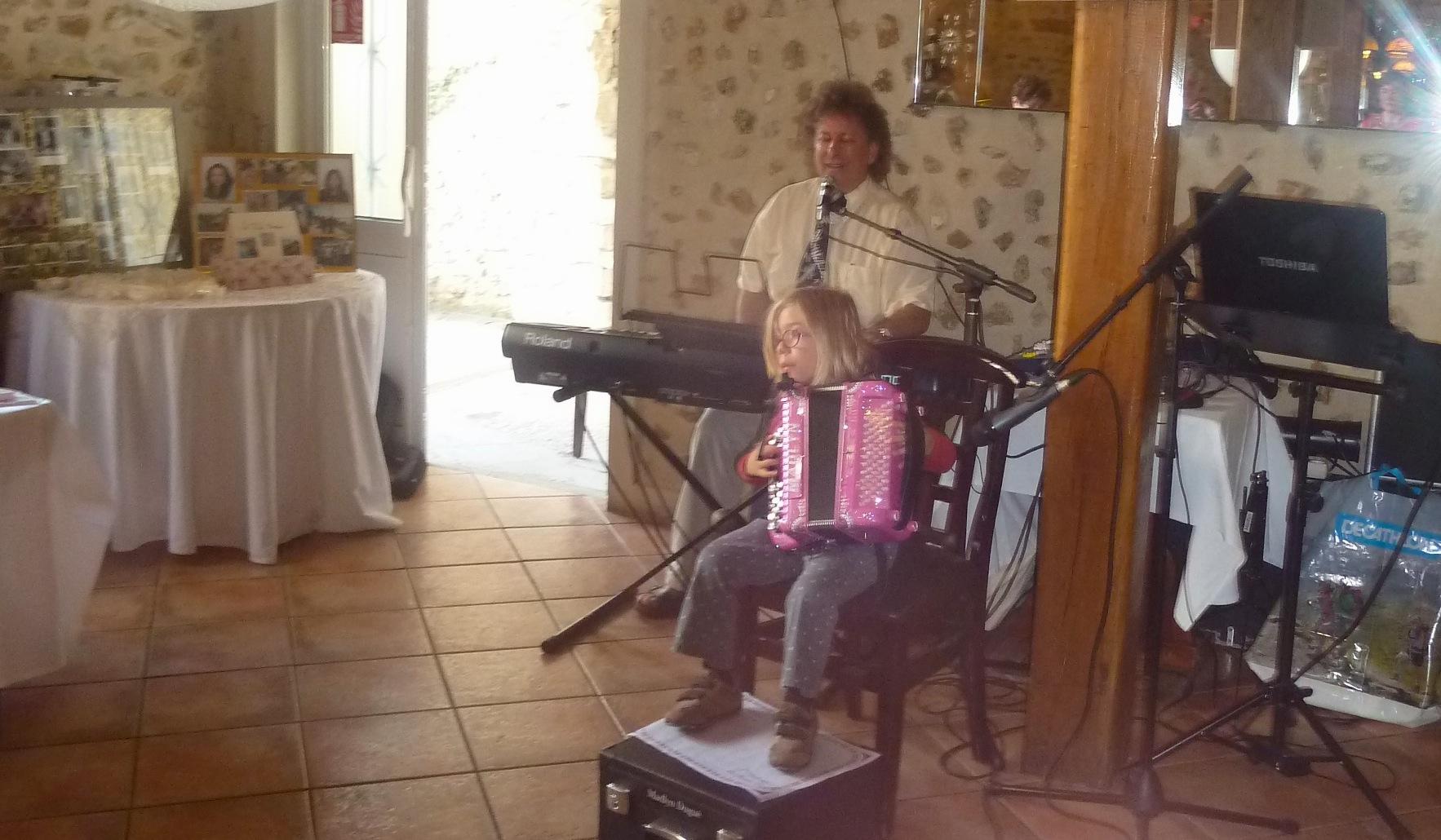 1 Orchestre de variété, formule solo, avec enfant accordéon, Dourdan 20 septembre 2014