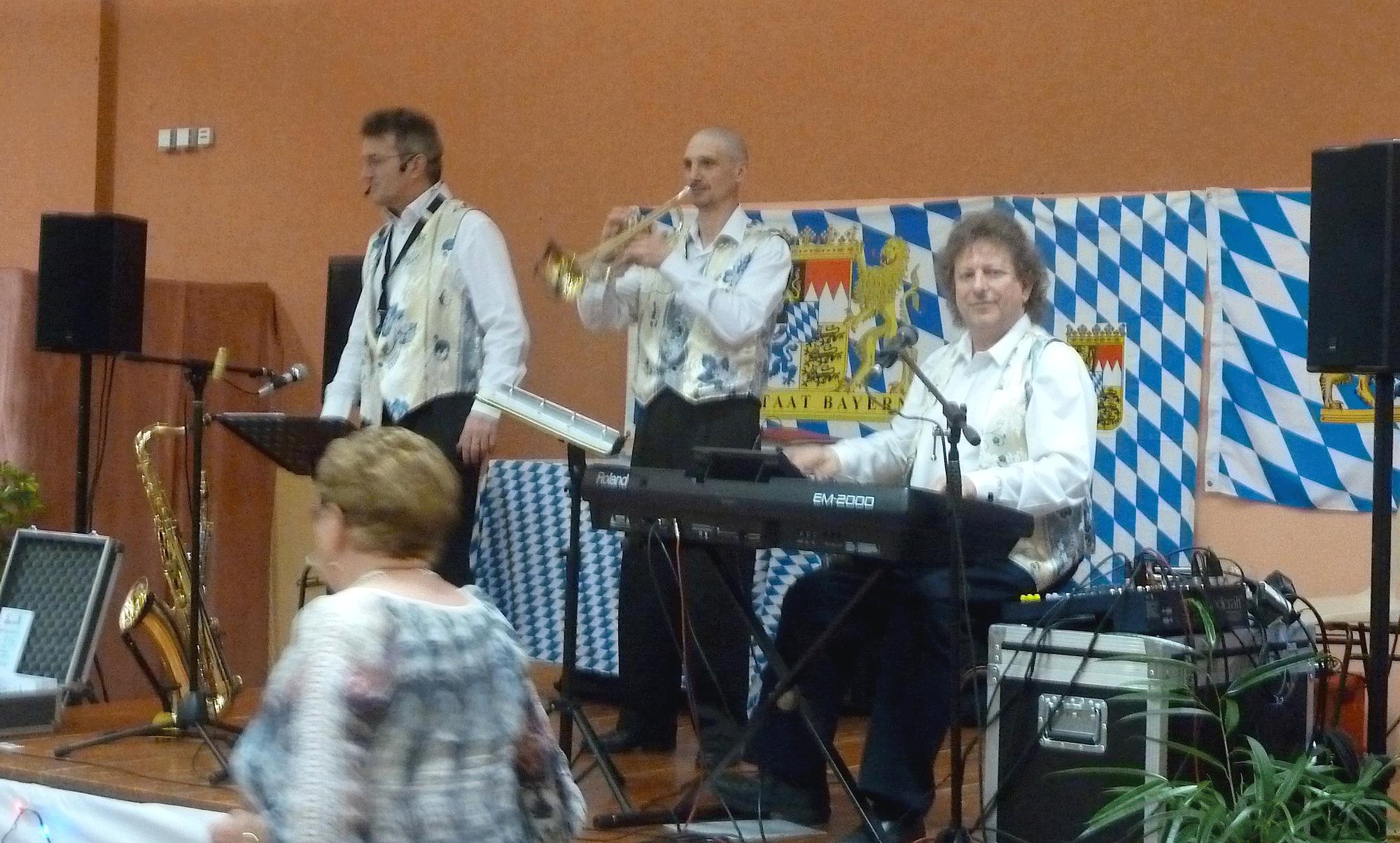16-orchestre-de-variété-et-bavarois-à-Poce-sur-Cisse,-en-novembre-2014