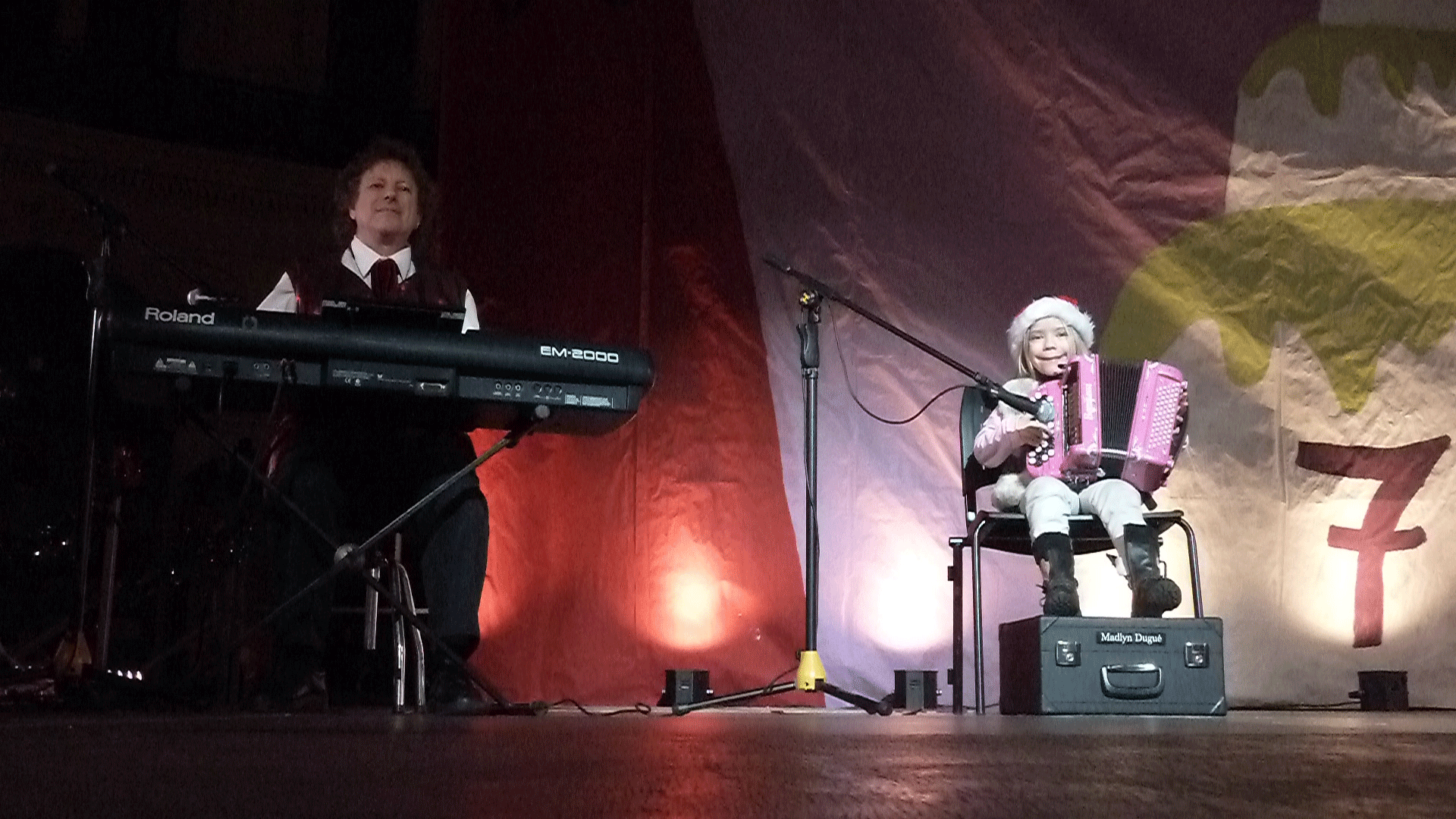 3-2014-PARIS-Noël-aux-Halles-orchestre-de-variété-avec-Madlyn-accordéon-6-ans