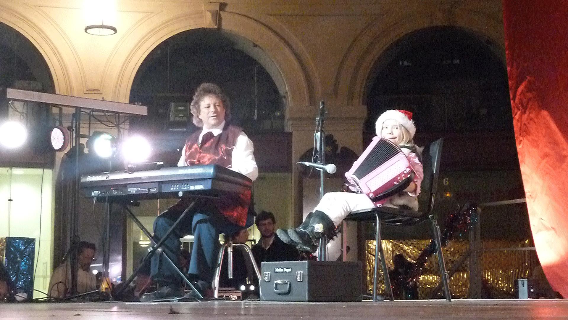 4-2014-PARIS-Noël-aux-Halles-orchestre-de-variété-avec-Madlyn-accordéon-6-ans