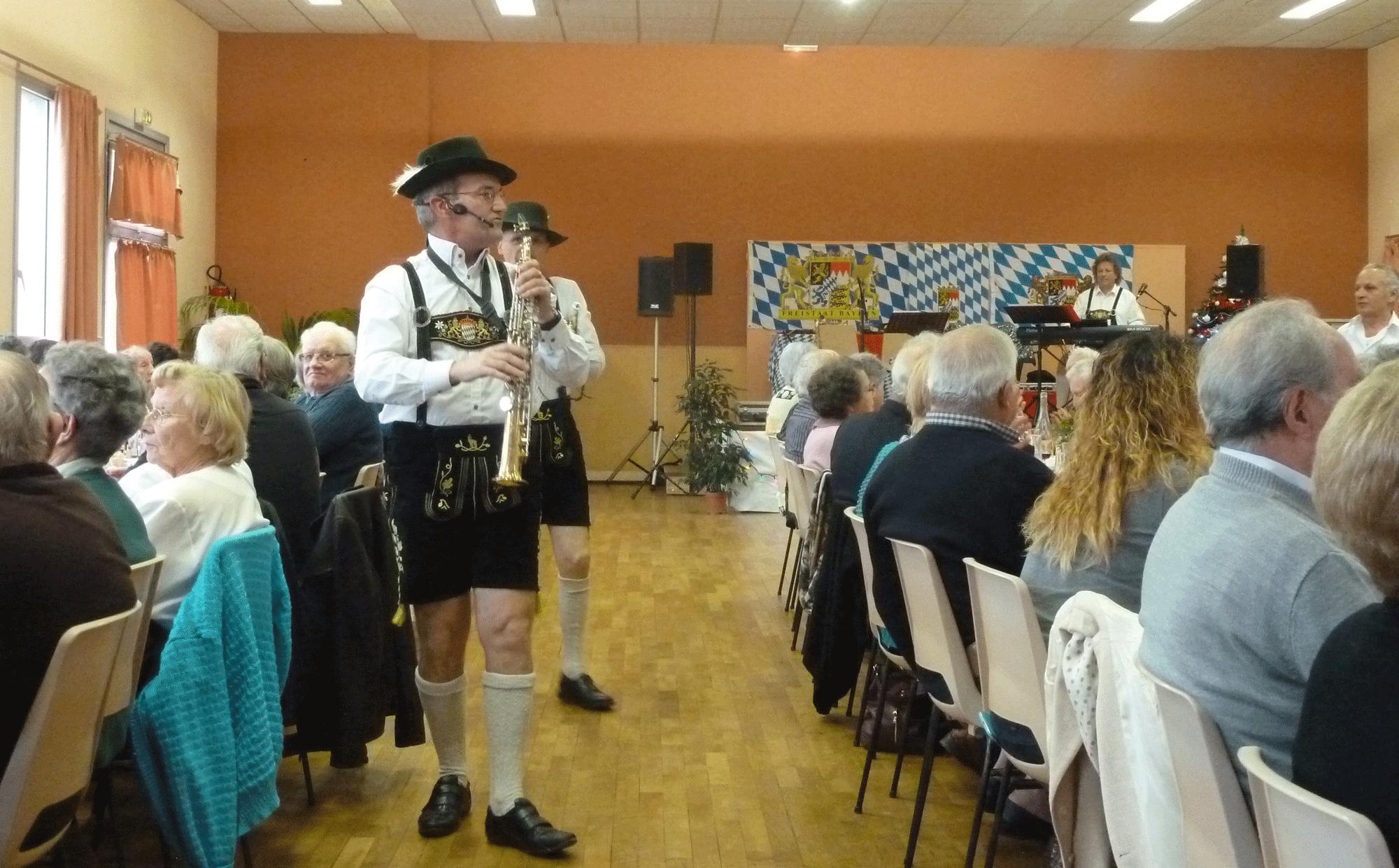 5-Poce-sur-Cisse-37-musiciens-bavarois-dans-le-public-en-novembre-2014