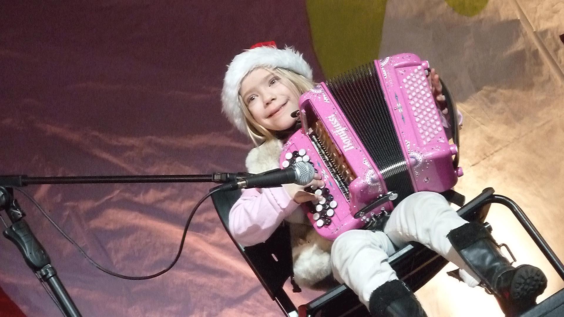 6-2014-PARIS-Noël-aux-Halles-orchestre-de-variété-Madlyn-enfant-accordéon