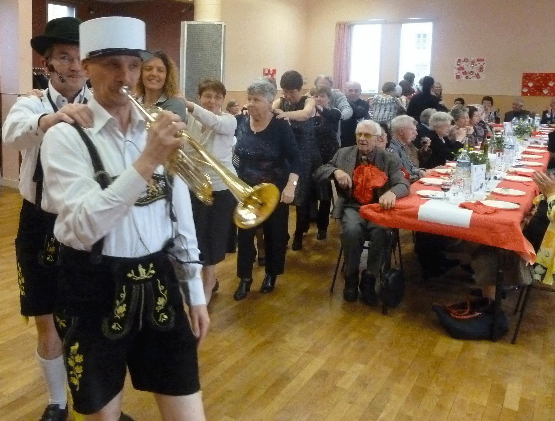 6-Une-chenille-avec-l'orchestre-bavarois-à-Poce-sur-Cisse--en-2014