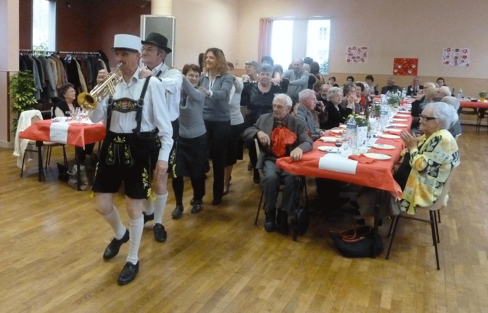 8-Une-chenille-avec-l'orchestre-bavarois-à-Poce-sur-Cisse--en-novembre-2014