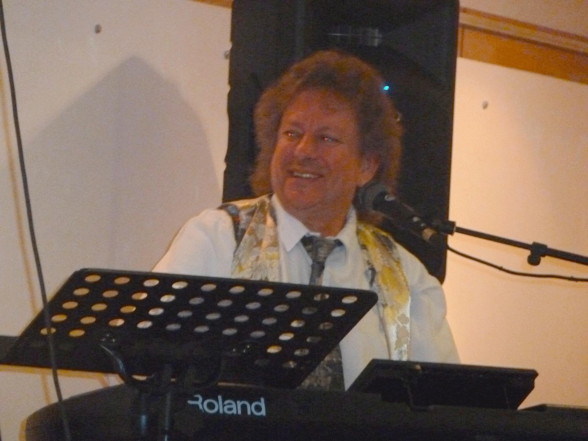 9-Orchestre-variété-musicien-à-Mesnil-le-Roi-92-le-29-11-2014