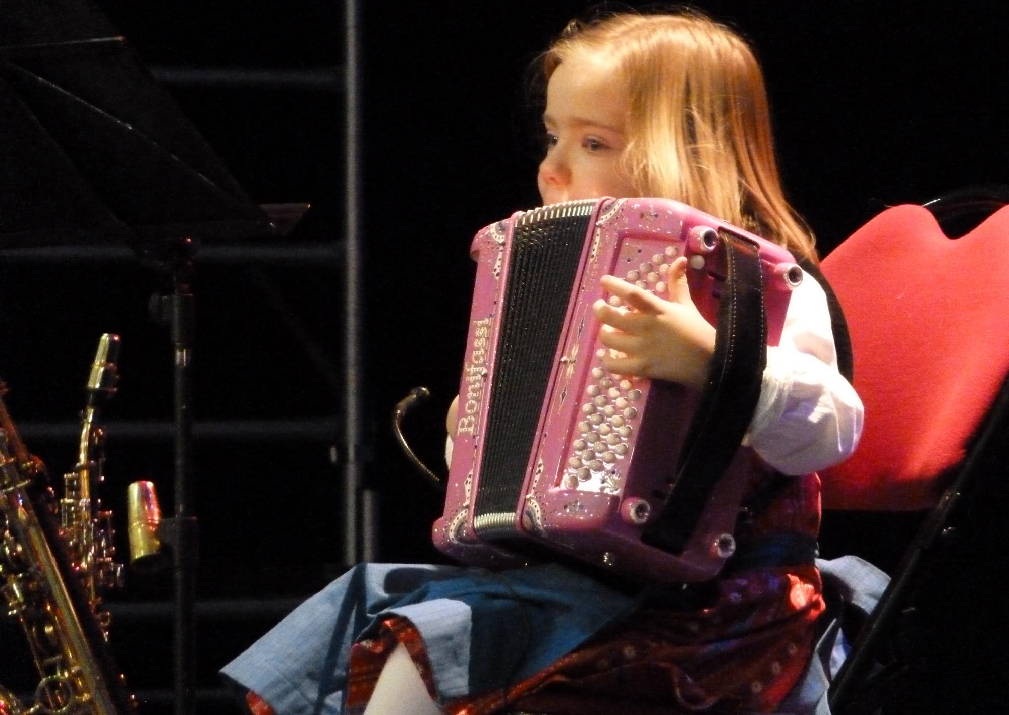 2b--VILLABE-91-jeune-accordéoniste-au-Centre-culturel,-avec-orchestre-de-variété--23-01-2015
