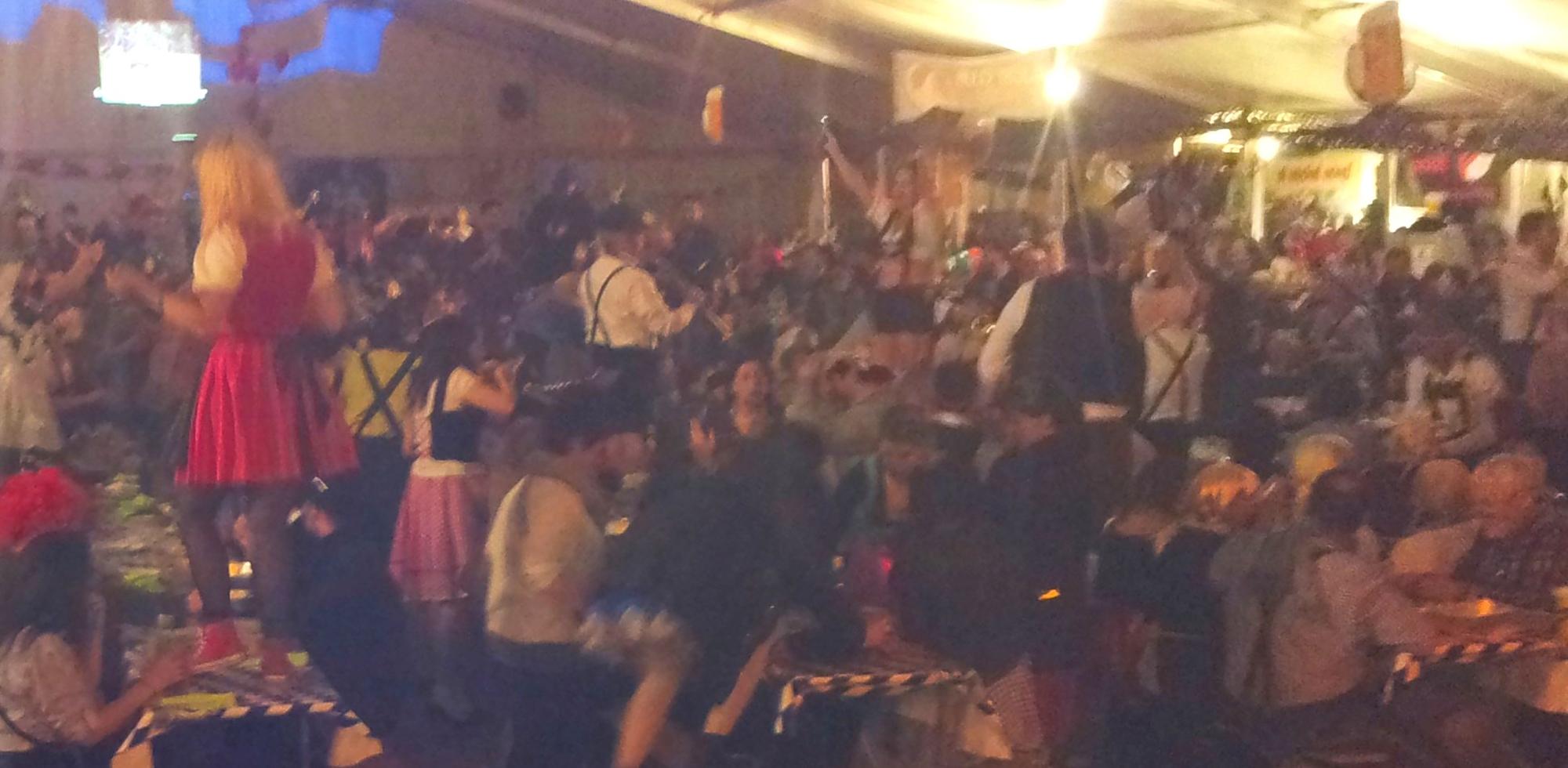 2a Orchestre bavarois à Sion ch, jeudi 12 février 2015 musiciens sur les tables1